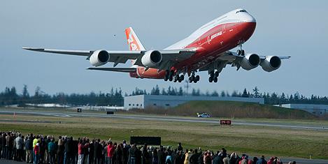 Boeing 747-8 Intercontinental uçtu