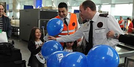 Tav, çocukları hediyelerle karşıladı