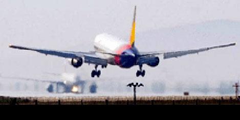 İki asker yolcu uçağına ateş etti