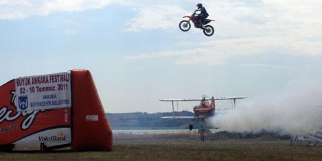 Uçak ile motosikletin çılgın şovu