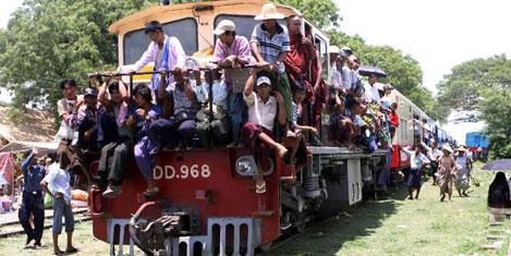 Trenlerle tıka basa köye gidiyorlar