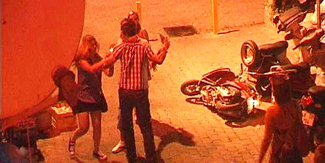 Türk kızları İngiliz turistler dövüştü