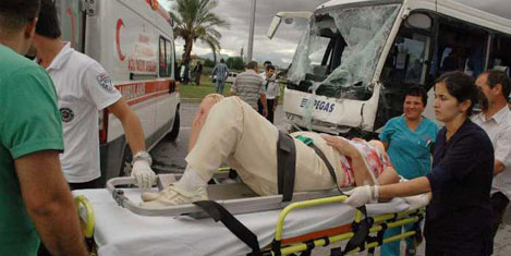 Turist aracı TIR'la çarpıştı:12 yaralı