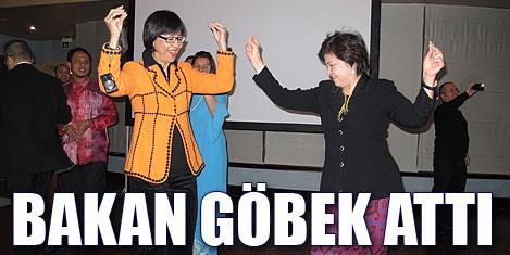 Malezyalı bakanın göbek dansı