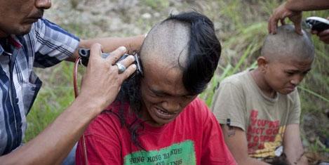 Polis gençlerin saçlarını kazıdı