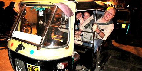 Turizmciler Udaipur'da tuk-tuk'ta