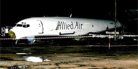 Uçak otobüse çarptı: 10 ölü