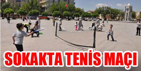 Tenis kortlarını sokaklara kuruyor
