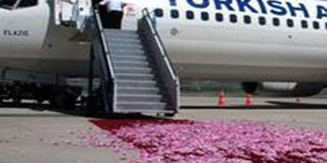THY uçağını güllerle karşılandı