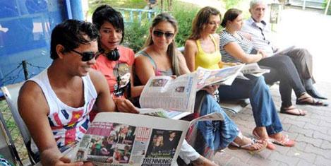 Polisten turiste gazete hizmeti