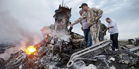 Malezya uçağı Rusya'da düştü