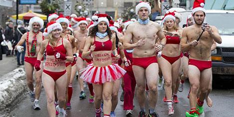 Çıplak Noel Baba'lar yarıştı