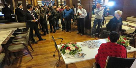 Sibel Tüzün albümünü imzaladı