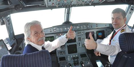 Pilot, son uçuşunu oğluyla yaptı