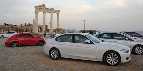 Tapınağın önü otomobil galerisi