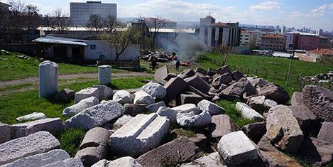 Tarihi taşları duman sardı