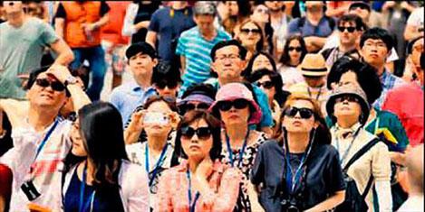 Çinli turistler Paris'i işgal etti
