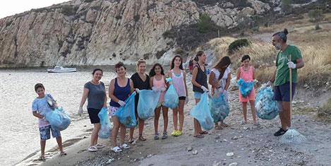 Foça'da sahil temizliği