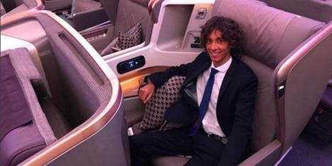 First Class'ta uçmak için para alıyor