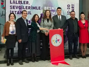 İstanbul'un renklerini lalelerle suluboya resimlere yansıttı