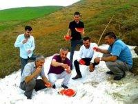 Haziran ayında karlar altından çıkarılan karpuz keyfi