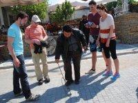 Muhtar, turistlere çember çevirmeyi öğretiyor