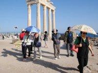 Uzak Doğulu turistler güneşte yanmaktan korkuyor