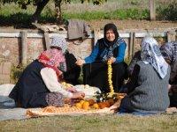 Mahalleli kadınlarimece usulu turunç reçeli yapıyor