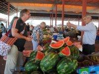 Turistler karpuzu dilim dilim alıyorlar
