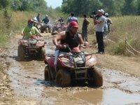 Turistler Quad safari turlarıyla çamurlu yollarda geziyor