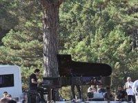 Binlerce insan bir piyanonun sesini dağlara taşıdı...