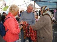 Turistlere biberiye gerdanlık satarak ailesini geçindiriyor