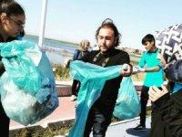 Beyşehir'de öğrencilerden göl kenarındaki parkta çöp topladı