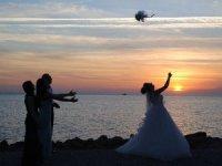 Evlenmek isteyen kızlar gelin çiçeği için Apollon Tapınağı'nda