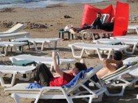 Türkiye soğurken, Side'de turistler deniz keyfi yaşıyor