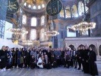 İstanbul valisi Yerlikaya ve eşi kadınlara Ayasofya'yı gezdirdi