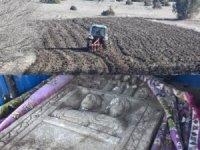 Tarlasını süren çiftçi, Roma dönemine ait mezar taşı buldu