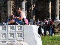 Avrupalı turistler Apollon Tapınağı'nda güneşin keyfini çıkarıyor