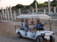 Side Antik Kent'inde yaşlı turistler golf arabasıyla gezdiriliyor
