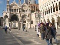 Turist girişini engelleyen Venedik'i korona virüsü boşalttı