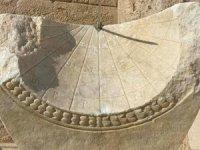Leodikya Antik Kenti'nde 2 bin yıllık güneş saati bulundu