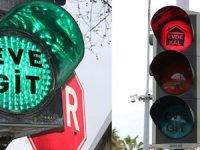 Trafik ışıkları Antalya'da '' Evet Git, Evde Kal' diyor