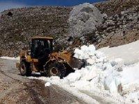 Karla kaplı olan Dumanlı Yaylası'nın yolu açıldı