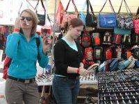 Turistik deri ürünleri satıcıları zor durumda