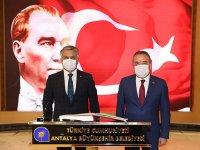 Antalya'da Vali ve Belediye Başkanı Covıd 19'a karşı '' kalbi selamlaştı
