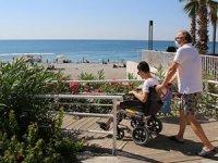 Konyaaltı Plajı'nda engellilerin denizle buluşması sağlandı