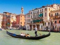 """Venedik'te gondollar, """"turistler kilolu"""" diyerek kapasite düşürdü"""