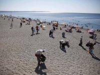 Muhtarlar ve vatandaşlar Konyaaltı Sahili'nde çöp topladı