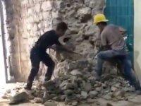 Tarihi Galata Kulesi'nin Horasan harçlı duvarı parçalanıyor