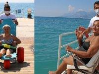 Lara ve Konyaaltı Plajı'na engelliler denizle buluştu